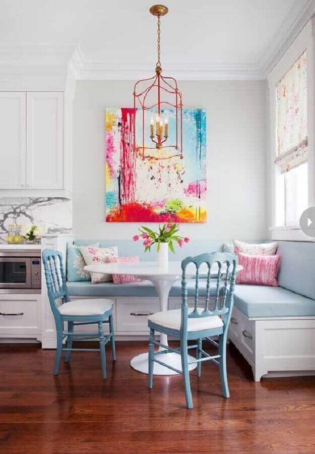 cadeira azul claro para decoração de sala de jantar com canto alemão Foto Archilovers