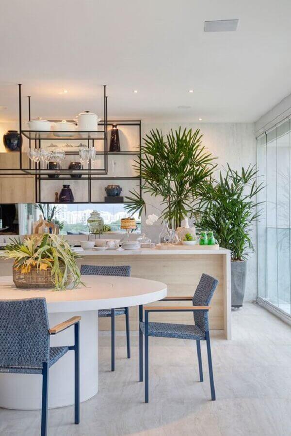 cadeira azul claro para decoração de varanda gourmet com ilha de madeira Foto Casa de Valentina