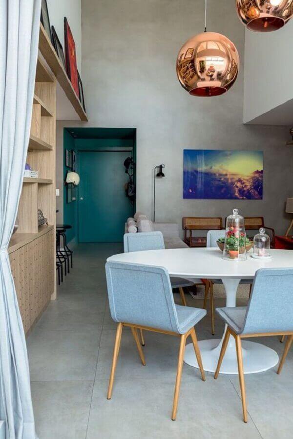 cadeira azul claro para sala de jantar moderna decorada com mesa redonda e luminária rose gold Foto Histórias de Casa