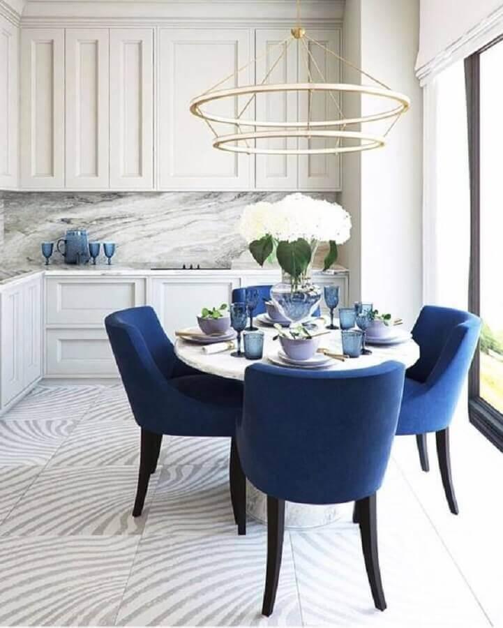 cadeira azul marinho para decoração de cozinha moderna planejada Foto DecorPad