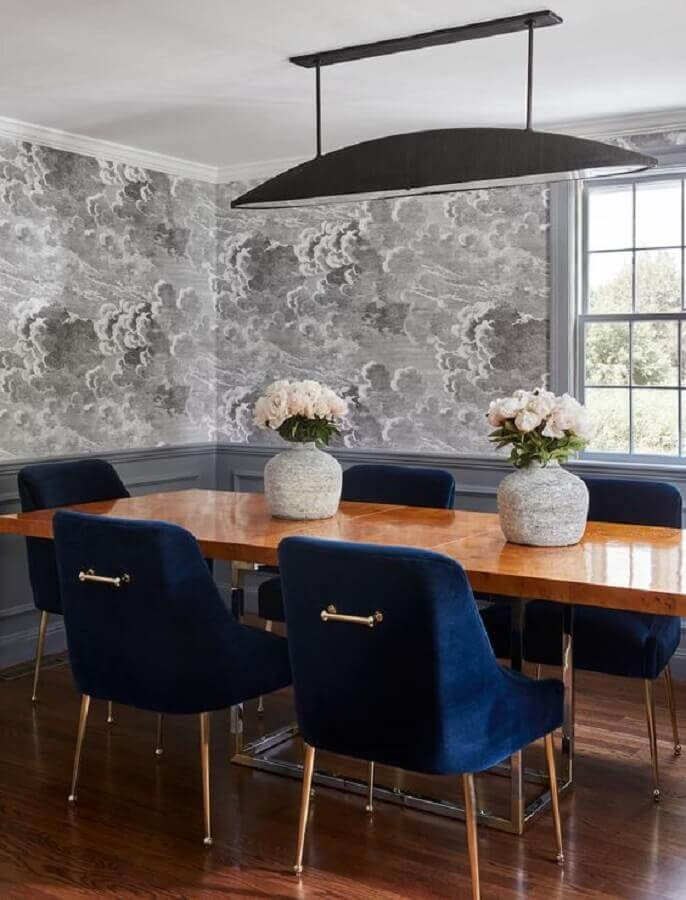 cadeira azul marinho para sala de jantar cinza decorada com mesa de madeira Foto Hunker