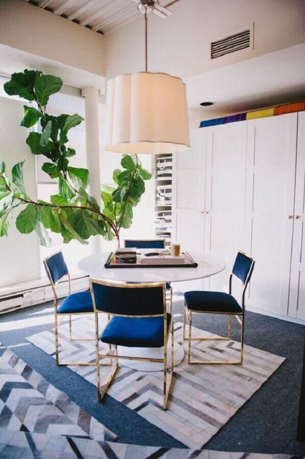 cadeira azul marinho para sala de jantar decorada com mesa redonda pequena Foto Kris - Driven by Decor