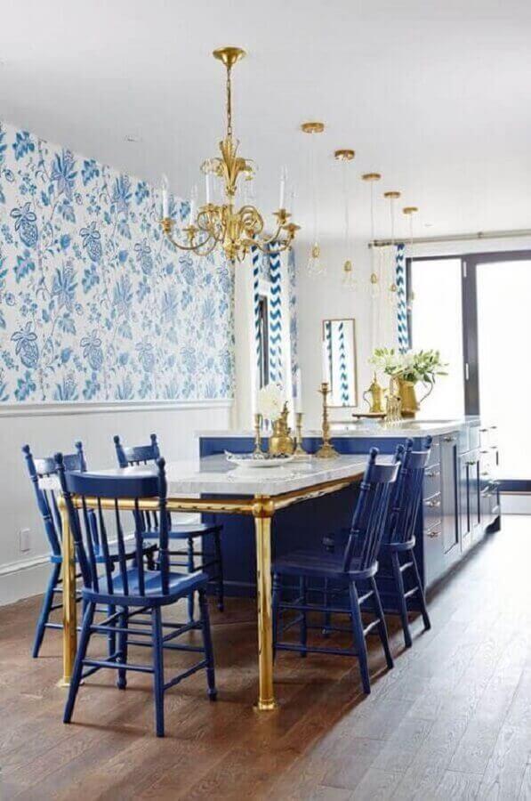 cadeira azul para decoração de sala de jantar clássica com detalhes dourados Foto Home Fashion Trend