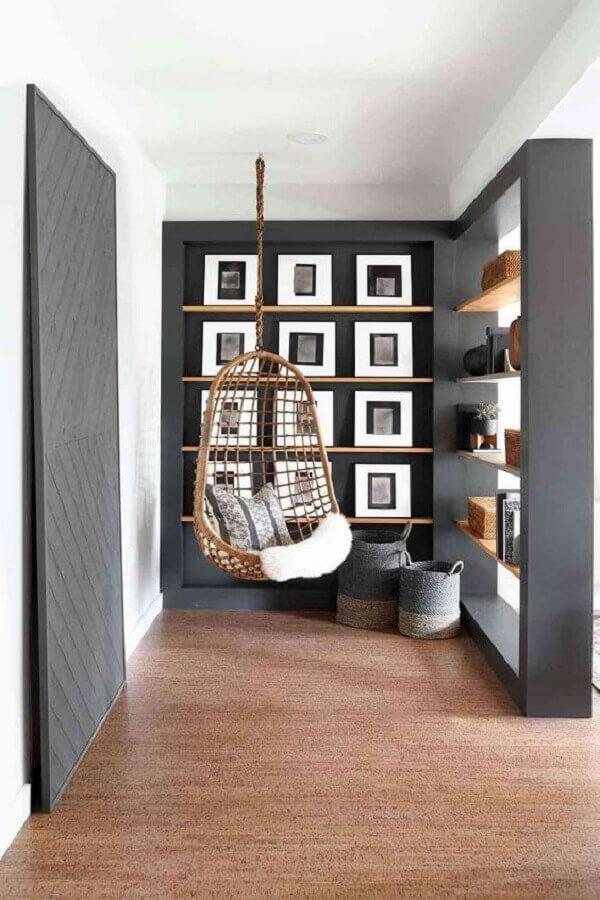 Cadeira de balanço suspensa para decoração de cantinho de descanso em tons de cinza