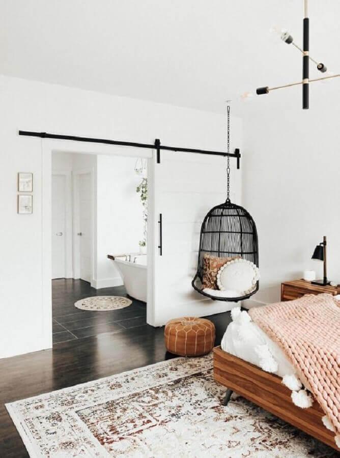 cadeira de balanço suspensa para quarto branco decorado com móveis de madeira Foto Apartment Therapy