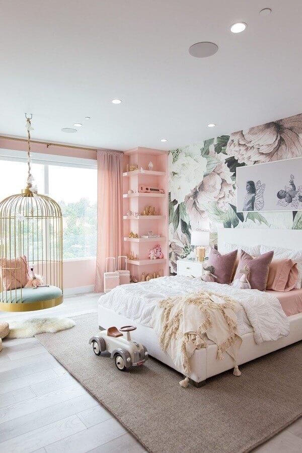 cadeira de balanço suspensa para quarto branco e rosa decorado com papel de parede floral Foto Home Fashion Trend