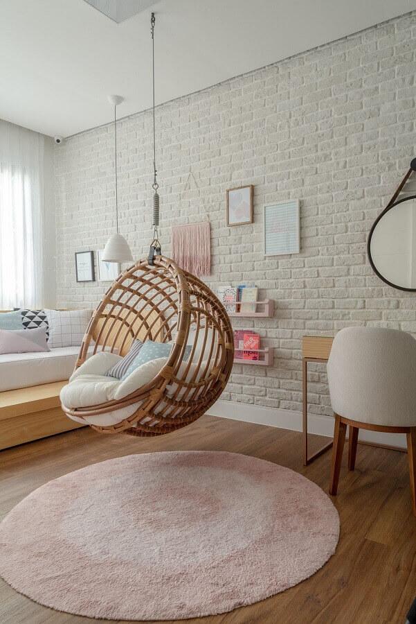 cadeira de balanço suspensa para quarto decorado com parede tijolinho branco Foto Hana Lerner Arquitetura