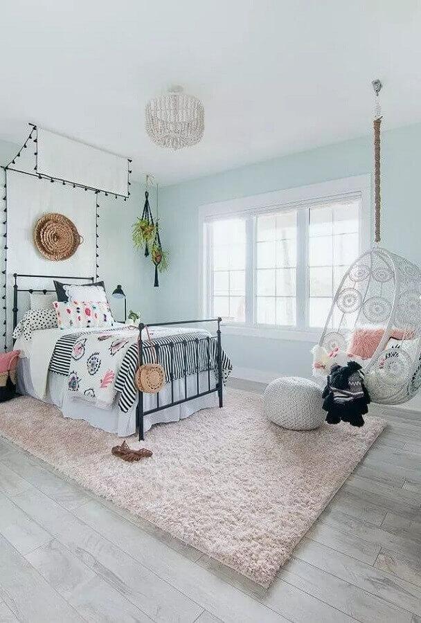 cadeira de balanço suspensa para quarto feminino decorado com cama de ferro e tapete felpudo Foto Apartment Therapy