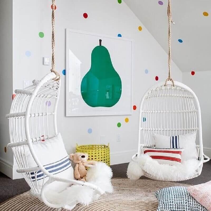 cadeira de balanço suspensa para quarto infantil branco decorado com bolinhas coloridas para parede Foto Casa Très Chic
