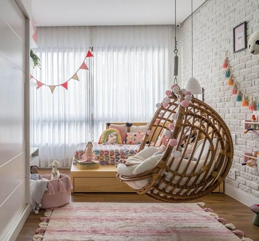 cadeira de balanço suspensa para quarto infantil decorado com parede tijolinho branco Foto Hana Lerner Arquitetura