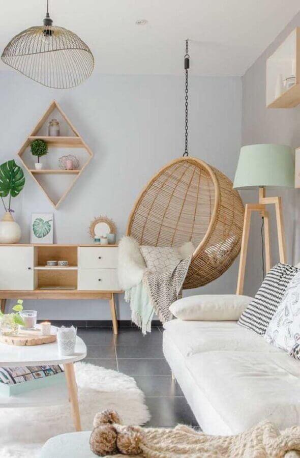 cadeira de balanço suspensa para sala clean decorada com abajur de chão Foto Apartment Therapy