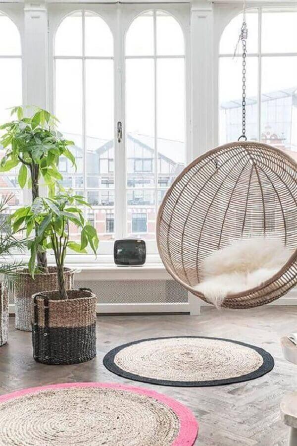 Cadeira de balanço suspensa para sala decorada com vasos de chão  Foto Pinterest