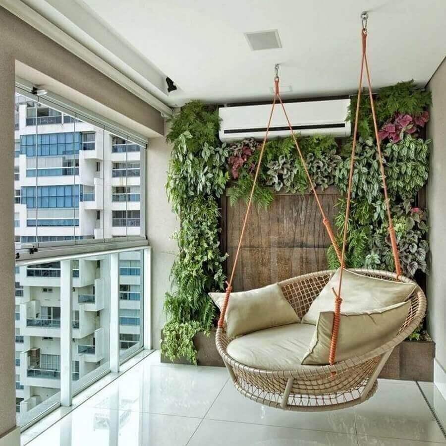 cadeira de balanço suspensa para varanda de apartamento decorada com jardim vertical  Foto Pinterest