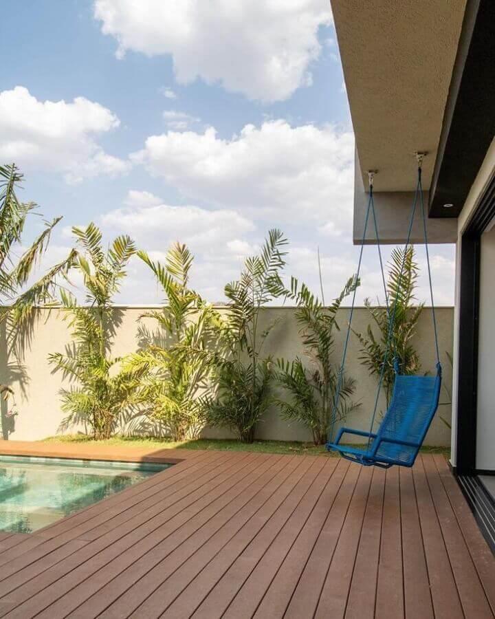 cadeira de balanço suspensa para varanda de casa com piscina Foto Cobogó Estúdio