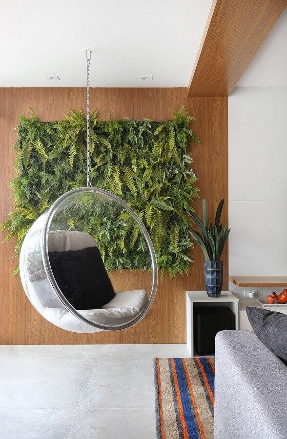 Cadeira de balanço suspensa para varanda decorada com jardim vertical  Foto Rúbia M. Vieira Interiores