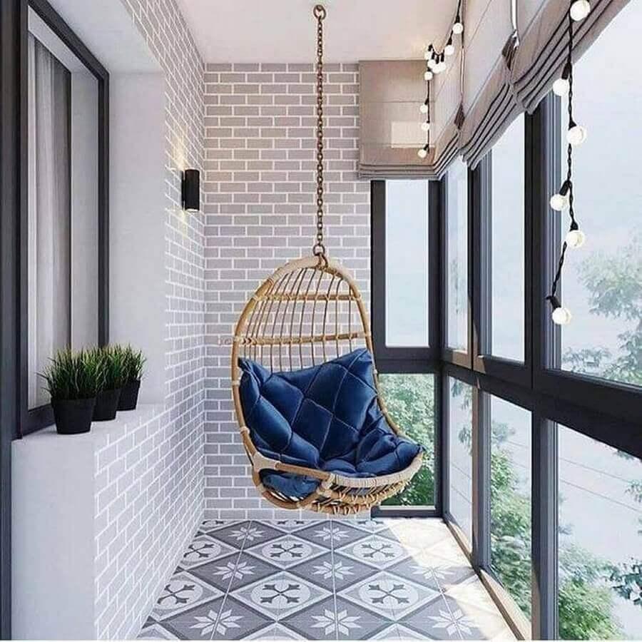 Cadeira de balanço suspensa para varanda pequena decorada com piso antigo Foto Pinterest
