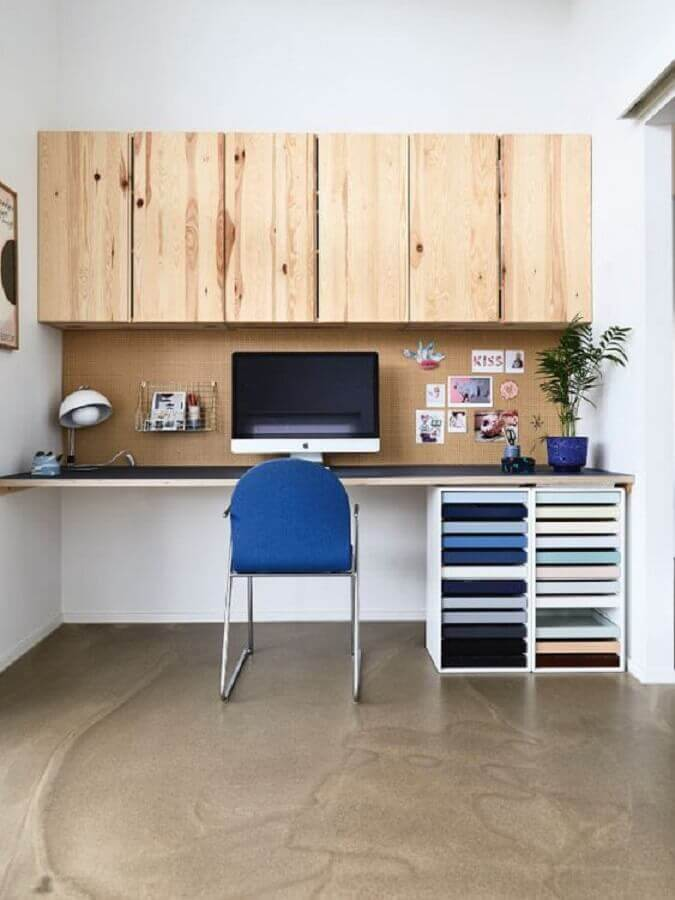 cadeira de escritório azul para decoração de home office com armário aéreo de madeira Foto femina.dk