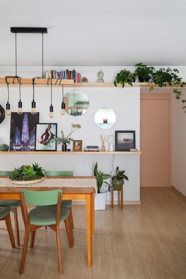 cadeira de jantar verde para decoração de sala de jantar com mesa de madeira e luminária simples  Foto Casa de Valentina