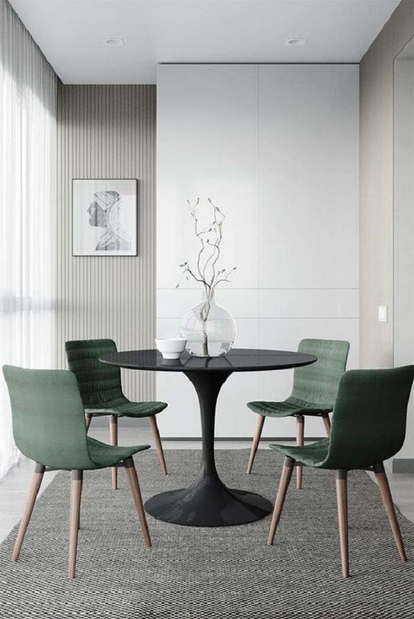 cadeira de jantar verde para decoração de sala de jantar minimalista com mesa redonda Foto Jeito de Casa