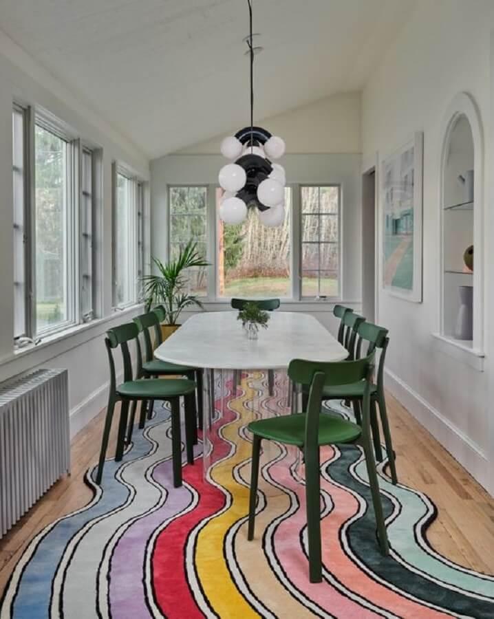 cadeira de jantar verde para sala decorada com tapete colorido Foto domino magazine