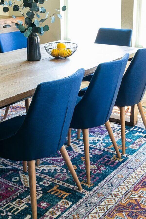 cadeira estofada azul para decoração de sala de jantar com tapete estampado Foto Maisons du Monde