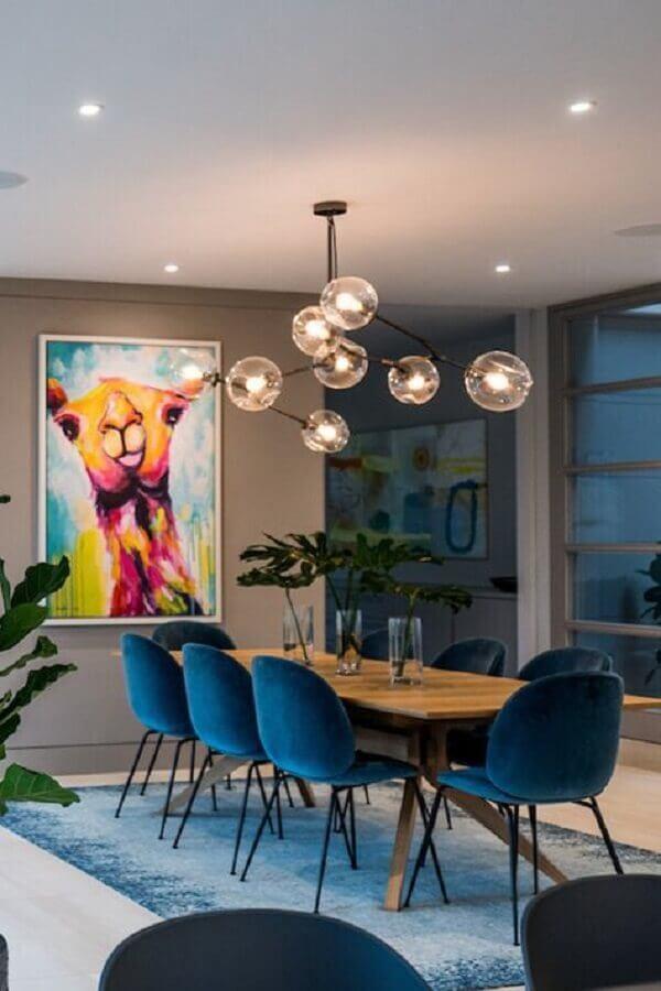 cadeira estofada azul para decoração de sala de jantar moderna com quadro grande Foto Decor Buddi