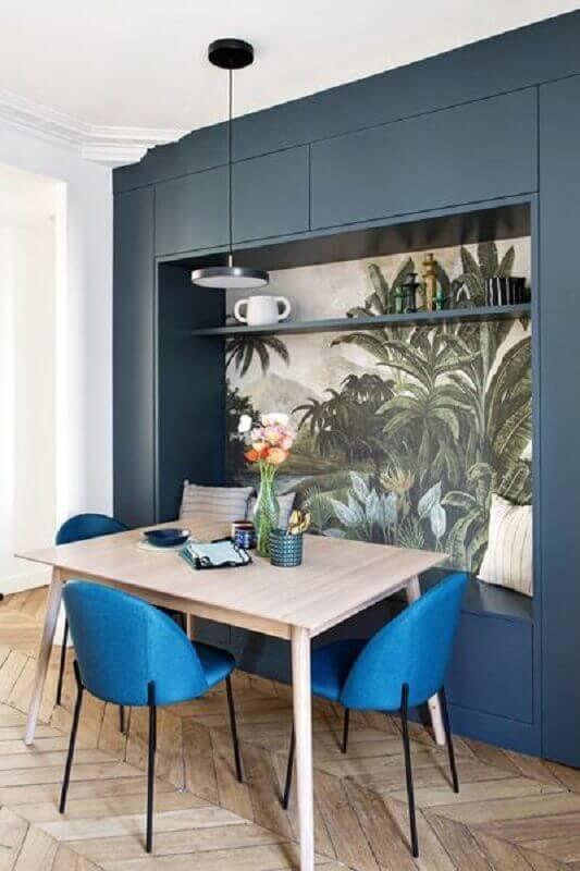 cadeira estofada azul para sala de jantar decorada com mesa de madeira pequena Foto femina.dk