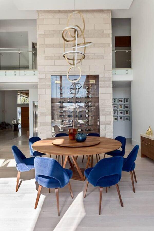 cadeira estofada azul para sala de jantar moderna decorada com mesa redonda e adega planejada Foto House Of Bohn