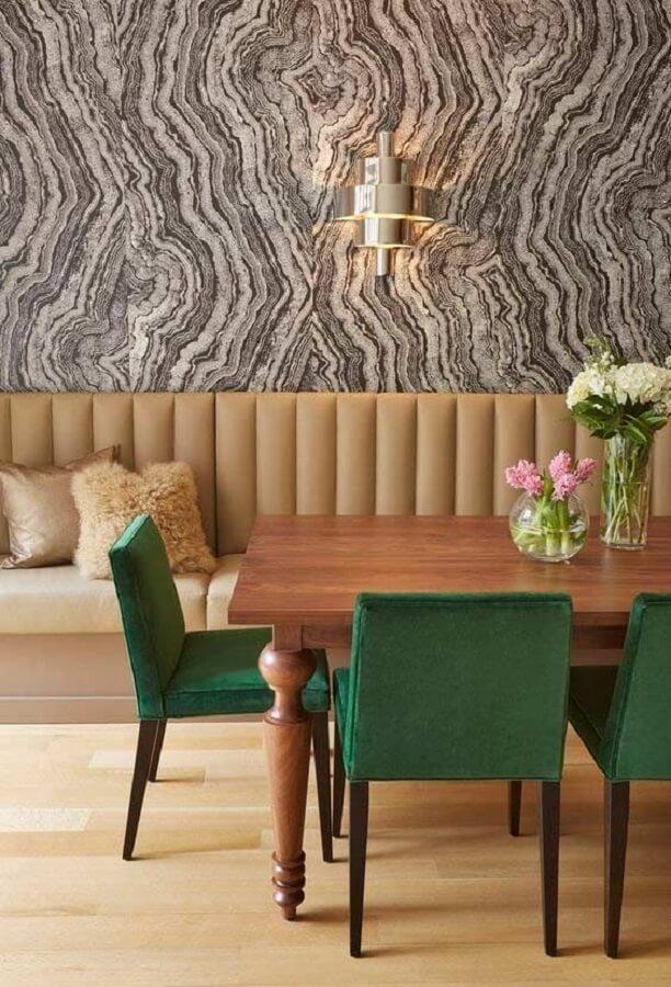 cadeira estofada verde para decoração de sala de jantar em cores neutras  Foto Casa de Valentina