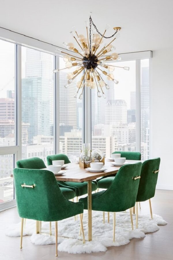 cadeira estofada verde para sala de jantar branca decorada com lustre moderno e tapete felpudo Foto Pinterest