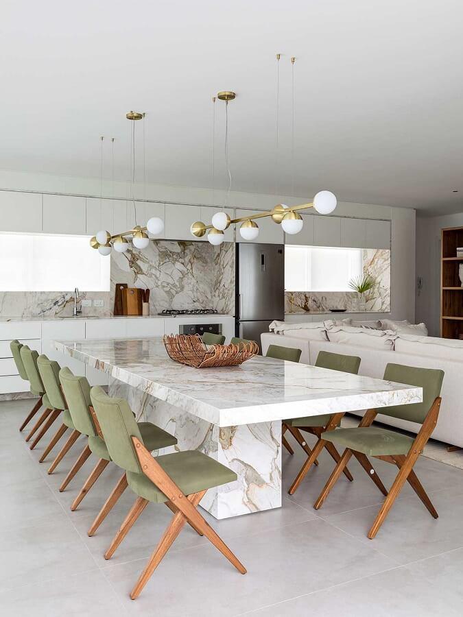 cadeira estofada verde para sala de jantar branca moderna decorada com mesa de mármore  Foto Casa de Valentina