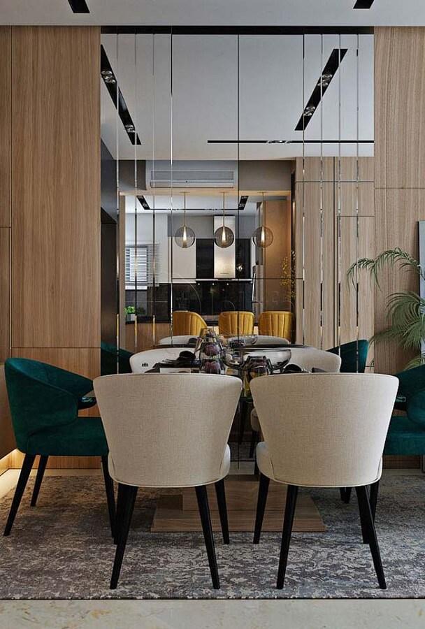 cadeira estofada verde para sala de jantar moderna decorada com parede espelhada Foto Behance
