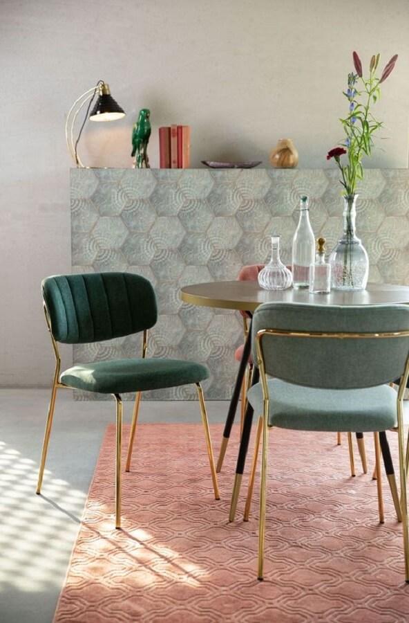cadeira estofada verde para sala de jantar simples decorada com mesa redonda e tapete rosa Foto HelloChair