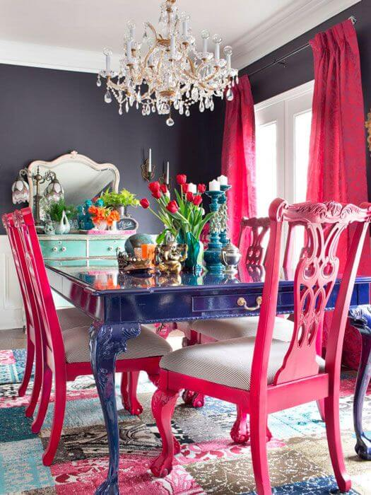 Sala de jantar moderna com mesa provençal azul royal e cadeiras pink