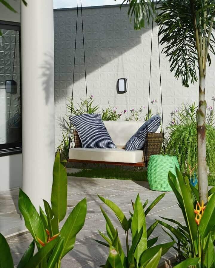 Cadeira suspensa de balanço para varanda decorada com jardim  Foto Giordano Rogoski Arquitetura
