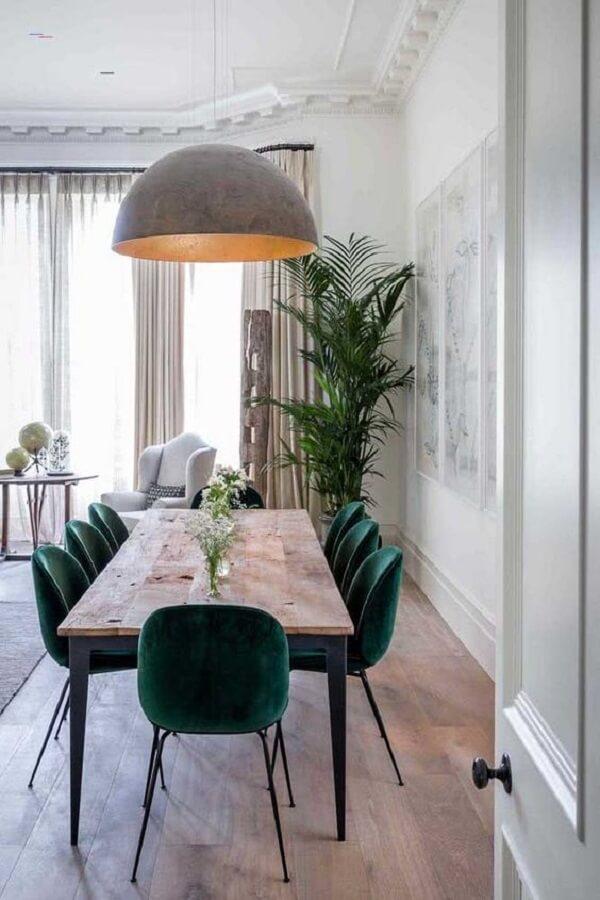 cadeira veludo verde escuro para decoração de sala de jantar com mesa rústica de madeira e ferro Foto Casa de Valentina