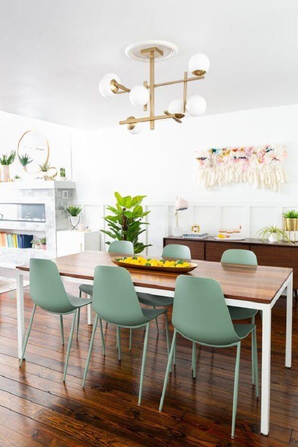 cadeira verde claro para decoração de sala de jantar com luminária moderna Foto Jeito de Casa