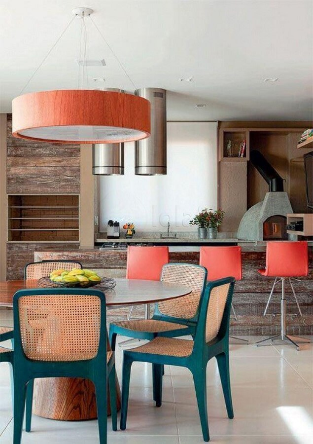 cadeira verde com palhinha para decoração de varanda gourmet com churrasqueira Foto Histórias de Casa