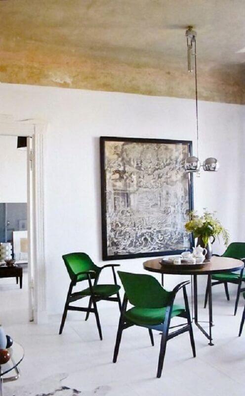 cadeira verde escuro moderna para sala de jantar decorada com mesa redonda Foto Apartment Therapy