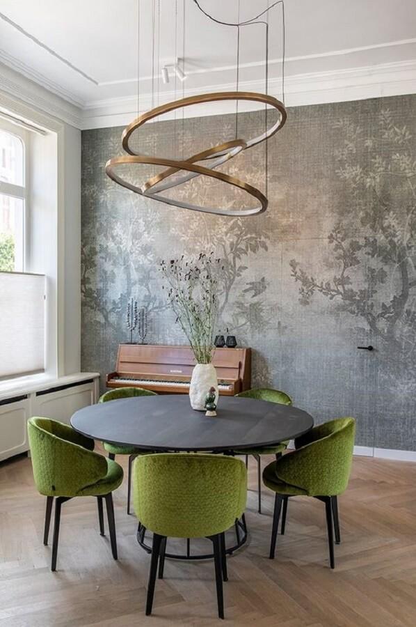 cadeira verde musgo estofada para decoração de sala de jantar com mesa redonda e lustre moderno Foto Futurist Architecture