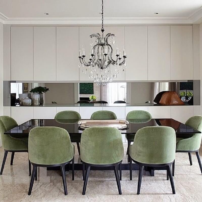 cCadeira verde musgo para sala de jantar moderna decorada com lustre de cristal Foto Jeito de Casa