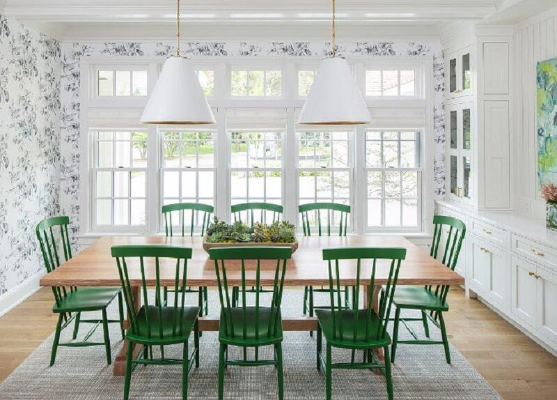 cadeira verde para sala de jantar branca decorada com papel de parede e mesa de madeira Foto Pinterest