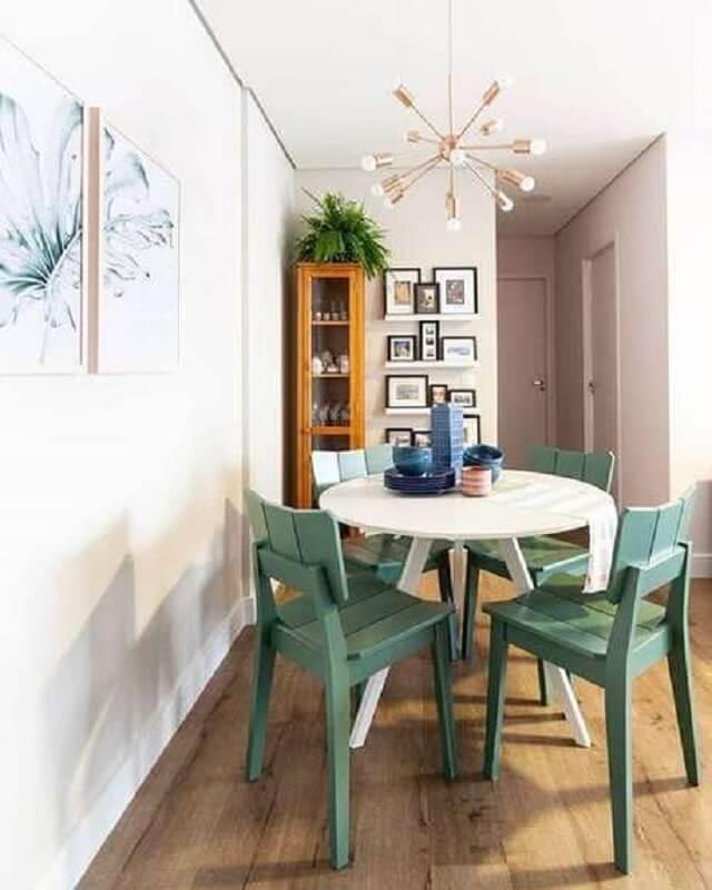 cadeira verde simples para decoração de sala de jantar pequena com mesa redonda  Foto Pinterest