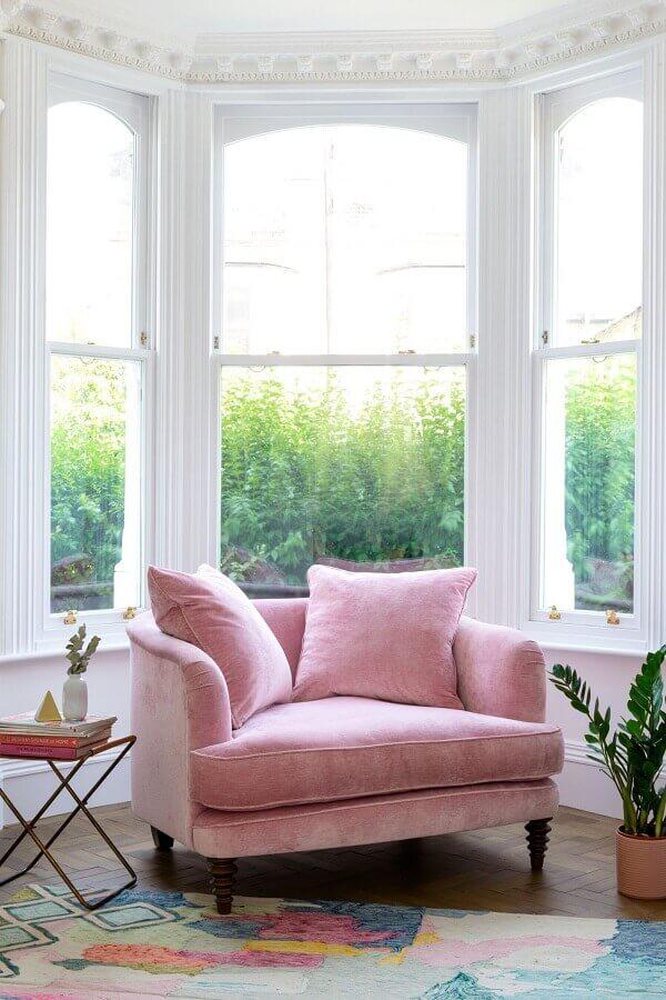 cantinho de descanso decorado com poltrona rosa chá Foto Fashionismo