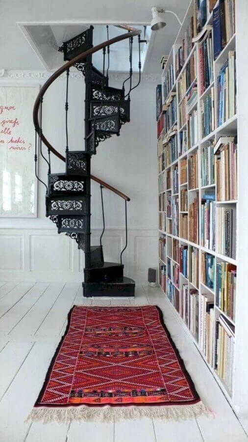 cantinho de leitura decorada com estante de livros e escada espiral de ferro clássica Foto Home Fashion Trend