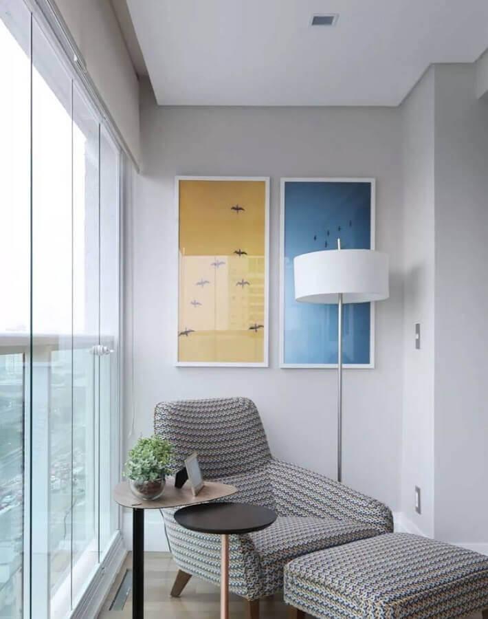 cantinho de leitura decorado com poltrona confortável e abajur de pé alto Foto Pinterest