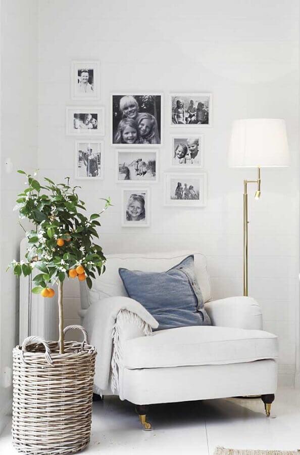 cantinho de leitura todo branco decorado com abajur de pé Foto Pinterest