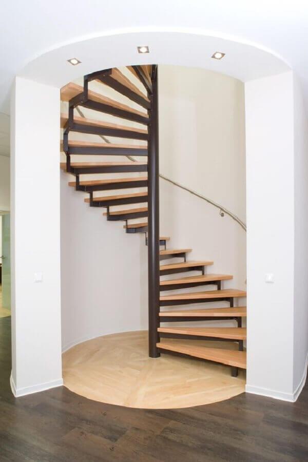 casa clean decorada com escada espiral de madeira Foto Pinterest