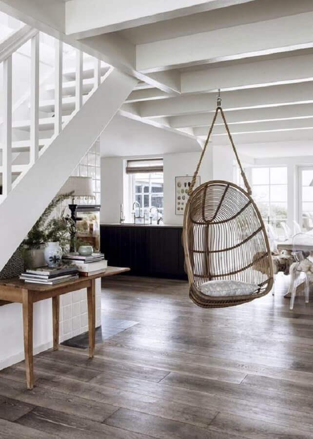 Casa com escada decorada com cadeira de balanço suspensa Foto Casa Très Chic