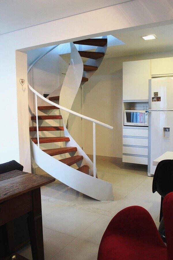 casa decorada com escada espiral branca com degraus de madeira Foto Pinterest